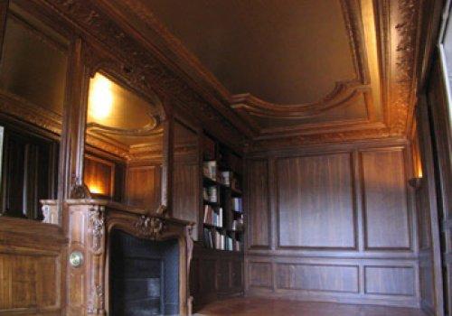 Faux bois foncé et son plafond doré
