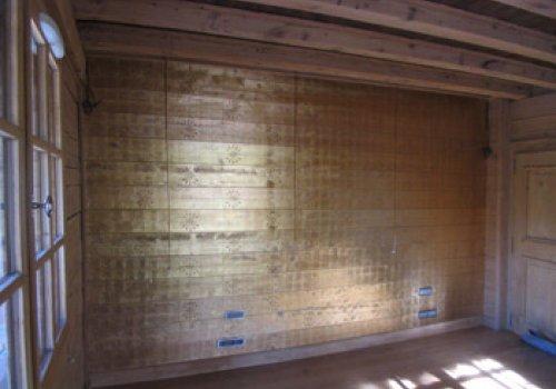 Dorure sur un mur de bois