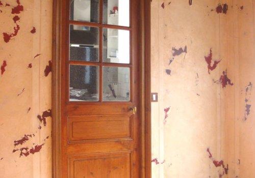 Plâtres cirés sur fond rouge